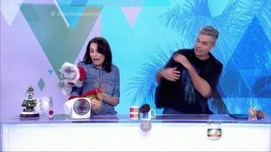 Foca atinge Monica Iozzi em cheio - Assistente joga bicho de pelúcia e derruba suco na apresentadora
