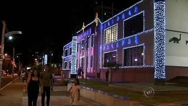 Iluminação de Natal chama atenção em Marília - Em Marília, muita gente foi ao centro da cidade conhecer a iluminação de natal.