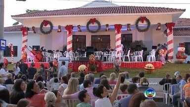 Apresentação em Bauru do Vozes de Natal é nesta quinta-feira - Dois corais, uma banda sinfônica, mais de cem músicos e cantores prometem uma noite de encantamento em Bauru. É o Vozes de Natal, um dos espetáculos mais esperados do ano na cidade. Já está tudo pronto para a apresentação que começa daqui a pouco.