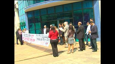 OAB Santarém realiza ato público em defesa do poder judiciário - Ato ocorreu nesta quinta-feira em frente ao Fórum de Santarém. Segundo a OAB, estão previstos cortes orçamentários para o poder judiciário.
