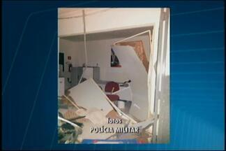 Criminosos explodem caixas eletrônicos em duas agências de Santa Rosa da Serra - PM disse que ação durou cerca de dez minutos. Autores levaram as gavetas dos caixas com dinheiro, mas valores ainda não foram informados.