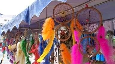 Feira de artesanato em Sorocaba é opção para compras de Natal - Neste ano de dificuldades, o jeito é apostar em alternativas para economizar no Natal. O artesanato pode ser uma opção para presentear de forma mais barata e criativa, já que é possível personalizar os presentes. A feira de Natal será entre os dias 18 e 23 de dezembro na feira praça Frei Baraúna, em Sorocaba, das 9h às 12h.