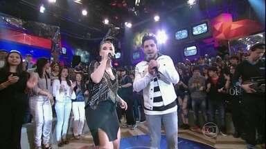 Thaeme & Thiago se apresentam no programa 'Altas Horas' - Dupla agita a plateia com a música 'O que acontece na balada'