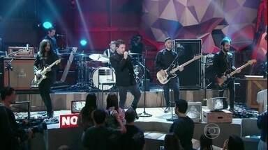 NX Zero se apresenta no programa 'Altas Horas' - Banda toca o sucesso 'Meu Bem'