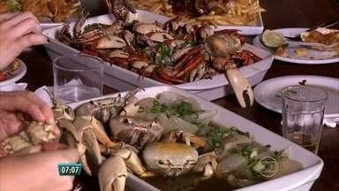 Comer caranguejo e guaiamum é uma paixão que lota os restaurantes de frutos do mar - Mesmo com o trabalho que dá para comer, quem gosta garante que o esforço vale a pena.
