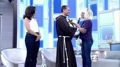 Frei Rozântimo presenteia Ana Maria Braga com crucifixo de Jerusalém - Religioso é coordenador da exposição internacional de presépios que acontece em Santos, São Paulo