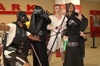 Fãs de Star Wars vão de cosplay aos cinemas da para assistir ao sétimo filme da saga - O primeiro filme é de 1977.