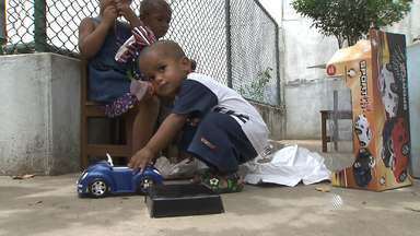 Crianças recebem presentes da campanha 'Árvore Solidária' - Ação desenvolvida pela Rede Bahia arrecadou brinquedos e roupas para crianças de instituições em Salvador.