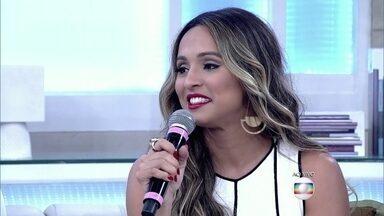 Thaíssa Carvalho fala sobre a parceria com os pais - Atriz de 33 anos afirma que não pensa em sair da casa dos pais para morar sozinha