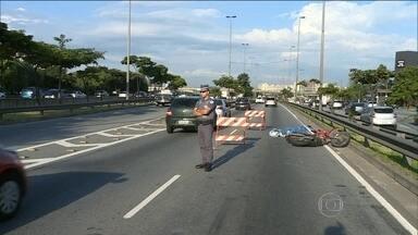Motociclista é assassinado durante assalto na Marginal Tietê - A vítima achou que os criminosos eram motociclistas que precisavam de socorro nas margens da via e parou para ajudar. Crime aconteceu em plena luz do dia, na manhã desta quarta-feira (23).