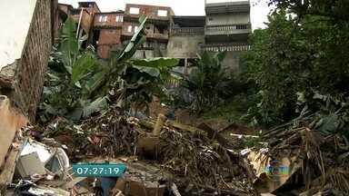 Desabamento mata quatro pessoas em Itapecerica da Serra - Três mulheres e uma criança morreram. Outras quatro estão internadas. Trinta e sete casas ainda estão interditadas por causa dos riscos, segundo a Defesa Civil.