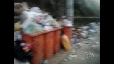 PMs trabalham no meio do lixo no Vidigal - Uma das bases da UPP está cercada de lixo e entulho.
