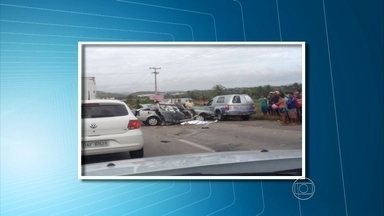 Homem morre após colidir carro com cavalo solto na BR-232 - Duas outras pessoas ficaram feridas e o cavalo também morreu.