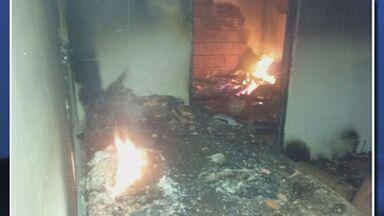 Incêndio destrói casa na zona rural de Botelhos (MG) - Incêndio destrói casa na zona rural de Botelhos (MG)