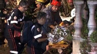Vítimas de deslizamento em Itapecerica da Serra (SP) são enterradas - Uma casa que estava sendo construída no alto de um morro veio abaixo na noite de sábado. Quatro pessoas morreram soterradas, entre elas, uma menina de dois anos.