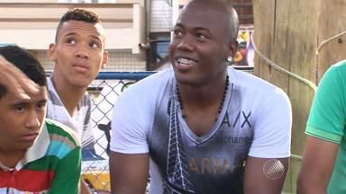 Jogador baiano atua no Santos e sonha com o time principal - Conheça mais da história de preto, que foi criado no bairro de Sete de Abril, em Salvador.
