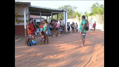 Usuários reclamam da demora em ônibus que faz linha para Pajuçara - Usuários tiveram que esperar quase duas horas pelo transporte coletivo.