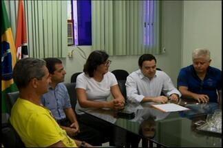 Prefeito de Divinópolis sanciona nova política salarial dos servidores - Projeto engloba piso fixado em R$ 1.182 e reajuste anual de toda categoria.A partir de 2017, recomposição salarial será feita pelo IPC.