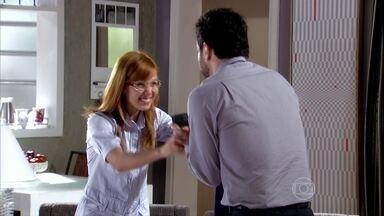 Murilo compra uma aliança para Sílvia e Tônia comemora - Ele avisa que Aida está voltando de viagem