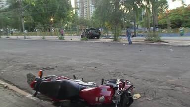 Polícia identifica motorista que bateu em motocicleta e não prestou socorro a piloto - A polícia já sabe quem é o motorista que se envolveu em um acidente na madrugada do último domingo, no centro de Campo Grande. O carro dele bateu em uma motociclista, e o piloto morreu na hora. O condutor do carro fugiu sem prestar socorro.