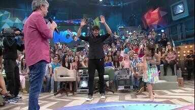 Kaká dá uma 'estrela' no 'Altas' e acerta Serginho Groisman - Kaká tentou fazer o movimento, mas deslizou!