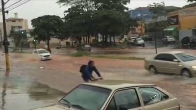 Chove forte na região de Bauru e causa alagamentos - Choveu forte na região Centro-Oeste Paulista na tarde desta segunda-feira (28). A avenida Nações Unidas em Bauru (SP) ficou alagada entre as quadras 15 e 16. Um carro ficou de lado, mas o motorista conseguiu retomar o controle.