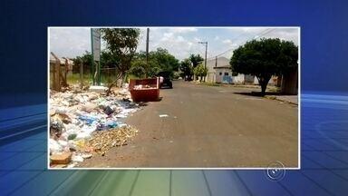 Frente de ecopontos ficam cheio de lixo em Bauru - A falta de educação ainda impera com parte da população. O Ecoponto do Mary Dota em Bauru recebeu uma montanha de lixo e entulho em frente ao local. A explicação é que os sete ecopontos de Bauru ficaram fechados até domingo e o resultado não demorou a aparecer.