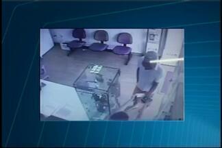 Vídeo mostra ação de criminoso em assalto a comércio em Araújos - pós ameaça, vendedora entregou seis celulares e um tablet.Adolescente foi detido após rastreamento e material foi recuperado.