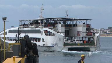 Ferry boat tem movimento intenso nesta segunda-feira (28) - Apenas seis das sete embarcações fazem a travessia; espera dura cerca de cinco horas.