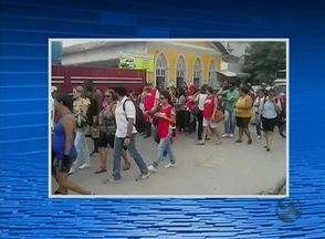 Servidores da Prefeitura de Gravtá realizam protesto no município - Categoria falta do pagamento do salário de dezembro.