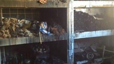 Policiais Civis prendem acusadas de furtar e incendiar escola em Itaboraí - Policiais Civis prendem acusadas de furtar e incendiar escola em Itaboraí.