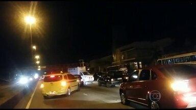 Motoristas são vítimas de arrastão na Avenida Brasil - De acordo com testemunhas, o trânsito parou na altura de Guadalupe, sentido Centro, por causa de um arrastão. Um grupo de bandidos estaria assaltando os motoristas que tentavam sair dali na contramão.
