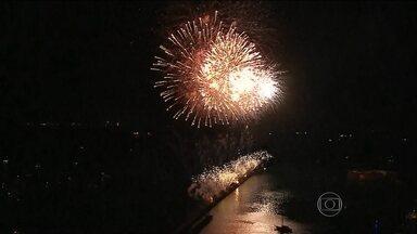 Pernambucanos e turistas celebram o Ano Novo ao som do frevo - Em Fortaleza, um milhão de pessoas participaram da festa na Praia de Iracema. No Nordeste, muitas aproveitaram o primeiro dia do ano tomando sol.