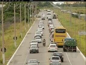 Acesso a Arraial do Cabo, RJ, tem trânsito caótico nesta sábado - Alguns motoristas desistiram de ir a cidade.