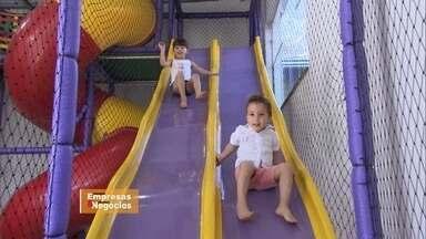 Setor de festas infantis continua lucrativo apesar da crise - O dono de uma fábrica de brinquedos recreativos não se deixou abalar pela crise e continua lucrando.