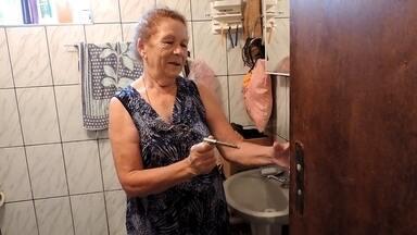 'Foi um sufoco', diz idosa que ficou presa no banheiro em São Roque - A segunda semana do ano não vai sair tão cedo da memoria de uma aposentada de 73 anos de São Roque. Após a maçaneta da porta do banheiro quebrar, Maria Josefa da Silva acabou ficando presa durante quase três dias dentro do cômodo da casa onde mora sozinha na Vila Aguiar, próximo a área central da cidade.