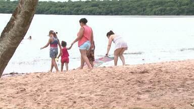 Prefeitura coloca areia na orla da Prainha de Três Lagoas - Foram colocados cinquenta caminhões de areia.