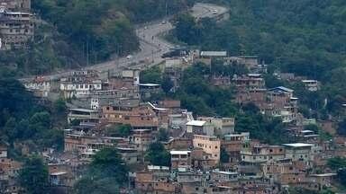 Bope faz operação em favela do Complexo do Lins - Traficantes armados foram filmados numa quadra a 200 metros de um conteiner da UPP.