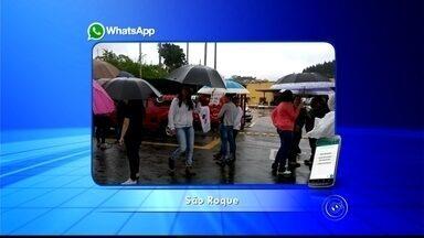 Servidores fazem manifestação em frente à Prefeitura de São Roque - Cerca de 100 pessoas fazem uma manifestação no início da tarde desta segunda-feira (11) em frente à Prefeitura de São Roque (SP). Os servidores pedem reajuste salarial de 11%, no entanto, a prefeitura oferece 5% de aumento.