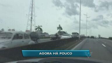Trânsito complica a saída de Praia Grande pela Via Expressa Sul - Movimento é intenso para o motorista que segue para a ponte do mar pequeno.