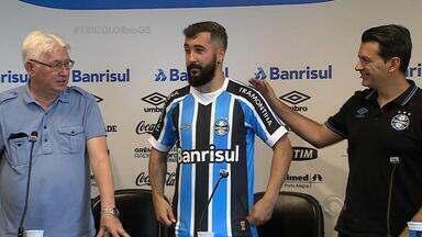 Camisa 10 tricolor é reapresentado após renovação do contrato - Grêmio faz pré-temporada de treino físico intenso em Porto Alegre.
