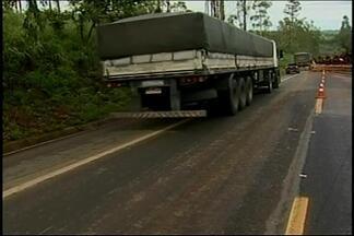 Carro e caminhão batem na BR-262 e duas mortes são registradas - Acidente perto de Perdizes envolveu carro da Secretaria de Saúde de Ibiá.Outras três vítimas foram transferidas para o hospital em Uberaba.