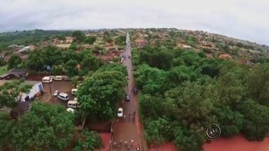 Famílias ficam desabrigadas após forte chuva em Maracaí - Uma forte chuva atingiu a cidade de Maracaí (SP) na manhã desta segunda-feira (11) e quinze famílias ficaram desabrigadas após as casas alagarem com a enxurrada.