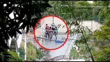 Vídeo mostra traficantes armados com fuzis no Complexo do Lins, na Zona Norte - O RJ teve acesso a imagens que mostram como traficantes armados com fuzis agem livremente no Complexo do Lins, na Zona Norte. Hoje (11/01), um homem foi preso durante uma operação da Polícia Militar.