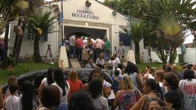 Funcionários do Rocha Faria fazem protesto - Manifestação foi contra o secretário Pedro Paulo Carvalho. Eles também temem demissões e transferências. Prefeitura nega que vá demitir.