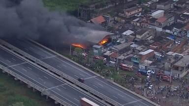 Incêndio está destruindo um galpão de reciclagem em Poá - Segundo os bombeiros, não há vítimas. Cinco viaturas foram mobilizadas no combate às chamas.