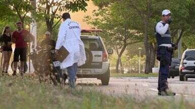 Mulher morre em acidente de motocicleta em Vitória, ES - O acidente aconteceu na Enseada do Suá. A vítima era passageira na moto.