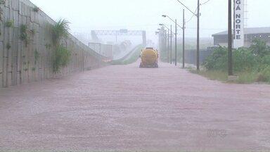 Pista do Contorno Norte em Maringá é interditada pela PRF - Chuva provocou deslizamento de terra