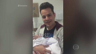 Nasce o filho de João Neto - Criança nasceu no dia em que o cantor esteve no Encontro. João Neto fez um vídeo com o bebê especialmente para o programa