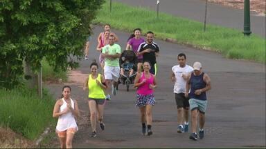 Verão Noroeste: Moradores de Umuarama montam grupo para fazer atividade física - O grupo se reúne duas vezes por semana para fazer caminhada ou corrida. O percurso normalmente é de 5 km.